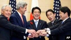 PM Jepang Shinzo Abe (tengah) tertawa setelah pertemuan dengan Menhan AS Chuck Hagel (kiri) dan Menlu AS John Kerry serta Menhan dan Menlu Jepang di Tokyo (3/10).