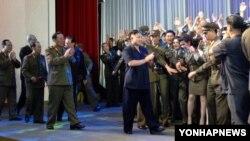 26일 평양에서 진행된 전승절 59돌 공연에 참석한 김정일 북한 제1위원장. 조선중앙통신 배포 사진..