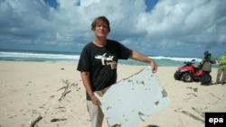 Photo d'archives (10 juin 2016): Cet homme, Blaine Gibson, affirme avoir trouvé des débris d'avion sur l'île de Nosy Boraha, au nord-est de Madagascar, débris pouvant provenir du Boeing qui assurait le vol MH370 de la Malaysia Airlines.