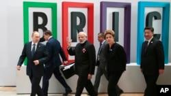 9일 러시아 우파에서 브리스(BRICS)가 열린 가운데 각 국 정상들이 회의장으로 들어서고 있다. 왼쪽부터 왼쪽부터 블라디미르 푸틴 러시아 대통령, 나렌드라 모디 인도 총리, 지우마 호세 브라질 대통령, 시진핑 중국 국가주석.