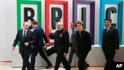 2015年7月9日金磚峰會: 前排從左:俄羅斯總統普京、印度總理莫迪、巴西總統羅塞夫與中國國家主席習近平。