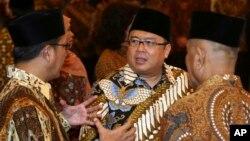 Menteri Keuangan Bambang Brodjonegoro (tengah).