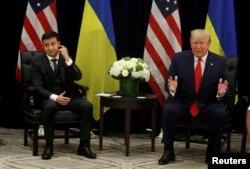 រូបឯកសារ៖ លោកប្រធានាធិបតីអ៊ុយក្រែន Volodymyr Zelenskiy ស្តាប់លោកប្រធានាធិបតី Donald Trump ថ្លែងទៅកាន់អ្នកសារព័ត៌មាននៅក្នុងជំនួបទ្វេភាគីមួយ ក្នុងកិច្ចប្រជុំកំពូលអង្គការសហប្រជាជាតិ កាលពីថ្ងៃទី២៥ ខែកញ្ញា ឆ្នាំ២០១៩។