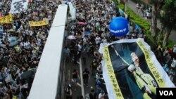 香港網民團體製作的大型海報,諷刺新任香港特首梁振英替中聯辦管治香港(美國之音湯惠芸)