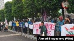 Sekitar 50 mahasiswa dari BEM seluruh Indonesia menggelar aksi di depan Hotel Bidakara, Jakarta yang menjadi lokasi debat pertama pilpres 2019. (Foto: VOA/Ab)