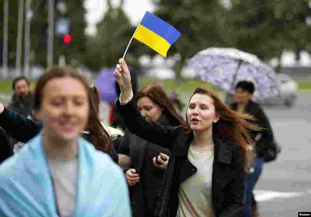 یوکرین کے حمایتی ریلی کے دوران مارچ کر رہے ہیں۔