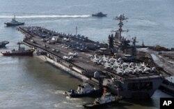 美国核动力超大型航空母舰乔治•华盛顿号2013年驶入韩国釜山港