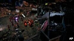 Spasioci tragaju za preživelima u ruševinama posle udara tajfuna Lekima u provinciji Žeđang