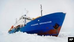Chiếc tàu Akademik Shokalskiy của Nga bị kẹt trong băng tuyết dày đặc ở Nam Cực, 27/12/13 (Ảnh: AP Photo/Australasian Antarctic Expedition/Footloose Fotography, Andrew Peacock).