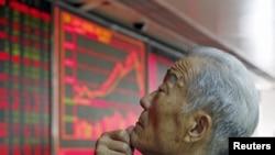 Seorang investor mengamati indeks harga saham China pada sebuah monitor di Beijing (foto: dok).
