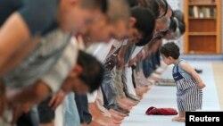 Seorang anak kecil berada di depan jamaah muslim yang sedang melakukan shalat pada bulan Ramadan (foto: dok). Sebuah organisasi muslim AS menyelenggarakan Sayembara Fotografi Internasional – IRPC bertema 'Menangkap Semangat Ramadan'.
