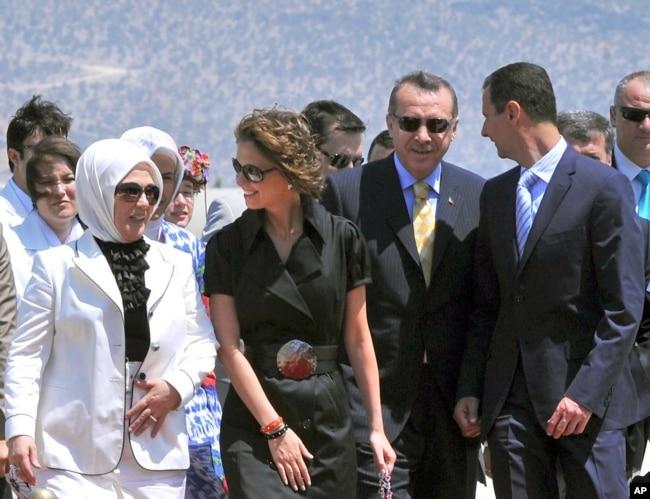 Suriye'de iç savaşın başladığı 2011 yılının Mart ayına kadar, Türkiye'yle ikili ilişkiler en üst düzeydi. İki ülke bakanlar kurulu ortak toplanıyor o dönem başbakan olan Recep Tayyip Erdoğan'la Suriye Devlet Başkanı Beşar Esat tatillerini bile birlikte yapmıştı. Fotoğraf Ağustos 2008'de Bodrum'da çekildi.