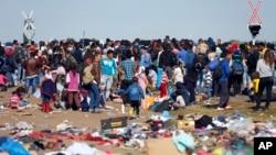 9일 헝가리 남부 세르비아 국경 인근 기찻길에 난민들이 몰려들었다.