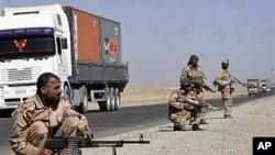 سربازان پاکستانی در حال گذمۀ راه مواصلاتی کاروان های ناتو به افغانستان