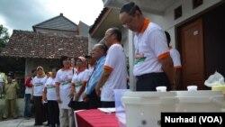Upacara penempatan telur nyamuk Aedes Aegypti yang mengandung bakteri Wolbachia di Yogyakarta, Senin, 8 Desember 2014 (Foto: VOA/Nurhadi)