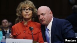 Bivša članica Predstavničkog doma Gejbrijel Gifords i suprug Mark Keli svedoče u Senatu
