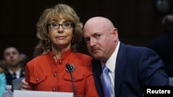 曾經在槍擊事件中被擊中頭部的前美國女議員吉福茲(左)要求國會參議院通過更嚴格的槍控法案