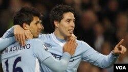Pemain Manchester City, Sergio Aguero (kiri) merayakan gol bersama rekannya, Samir Nasri setelah menggetarkan gawang Stoke City untuk ketiga kalinya di Liga Inggris (21/12).
