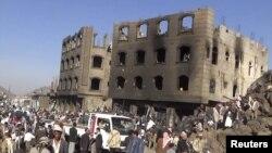 2015年3月31日也门: 人们聚集在遭沙特为首联军空袭的现场