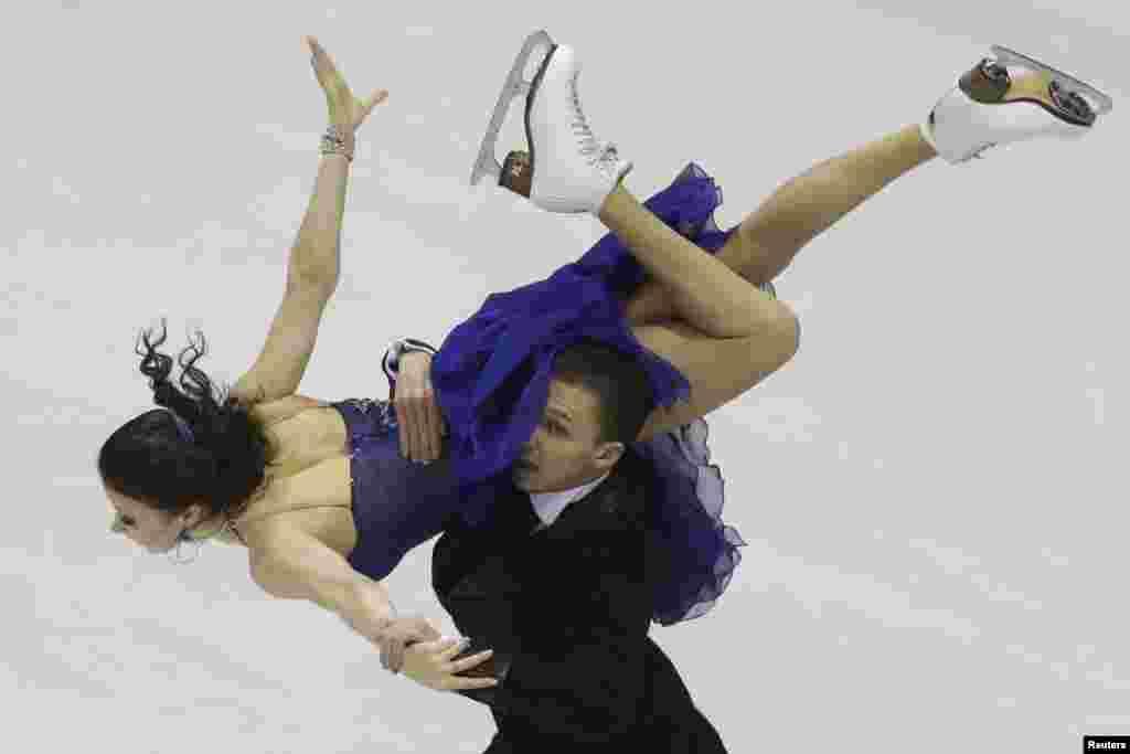 سلوواکیہ میں اسکیٹنگ چیمپیئن شپ کے مقابلے میں کھلاڑی اپنے فن کا مظاہرہ کر رہے ہیں۔