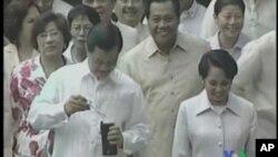 Tsohuwar shugabar kasar Philipines Arroyo daga hanun hagu.