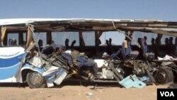 Bus turis, yang mengangkut turis-turis dari AS, rusakberat akibat kecelakaan di Abu Simbel, Aswan, Mesir.