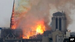 Veliki požar u katedrali Notr Dam u Parizu (Foto: AP/Thibault Camus)