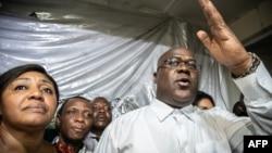 Félix Tshisekedi, mokambi ya UDPS, na molongani na ye na nsima ya bosakolami na elonga na ye lokolo mokonzi ekolo, Limete, Kinshasa, 19 janvier 2019.