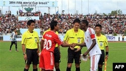 Cầu thủ 2 đội Miến Ðiện-Oman bắt tay trước trận đấu