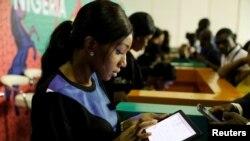 """ARCHIVO- Un grupo de jóvenes navega por la Internet como parte del proyecto """"wifi gratuito"""", de Google, en Lagos, Nigeria, julio 26, 2018. REUTERS/Foto: Akintunde Akinleye."""