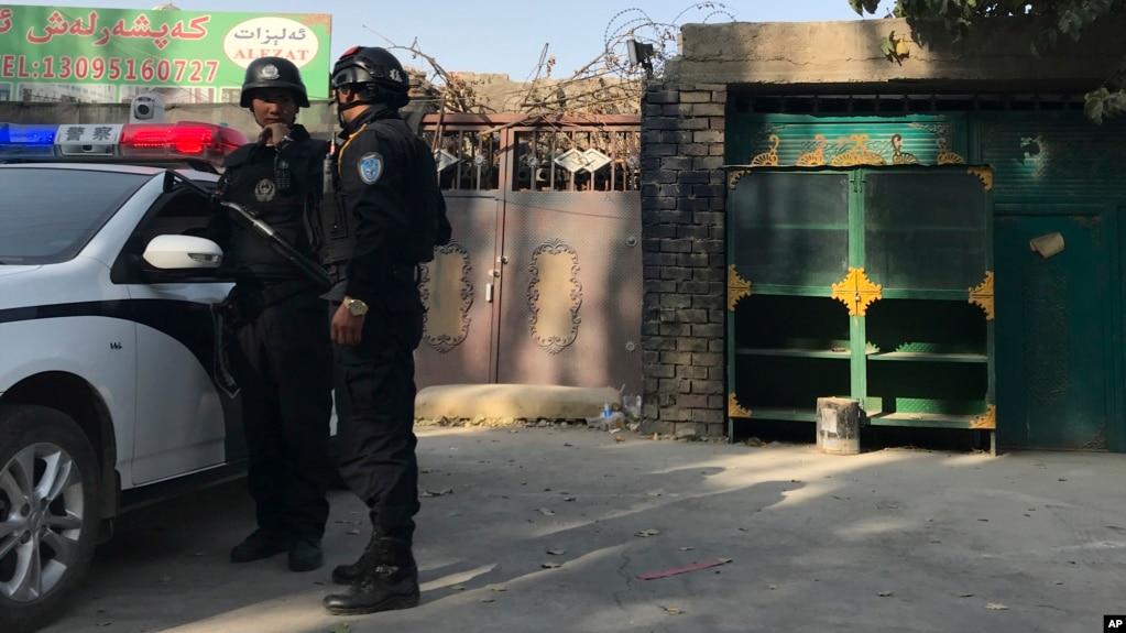 2017年11月2日,在新疆库尔勒市,警察站在一个被认为用于再教育的中心附近。