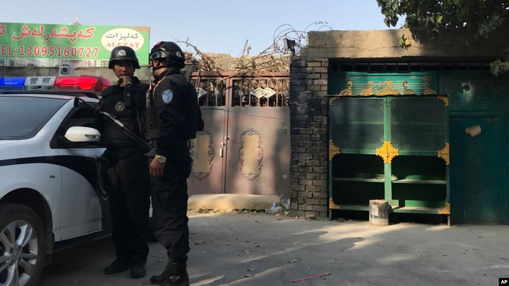 在新疆庫爾勒市,警察站在一個被認為用於再教育的中心附近。 (2017年11月2日)