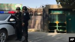 在新疆库尔勒市,警察站在一个被认为用于再教育的中心附近。(2017年11月2日)