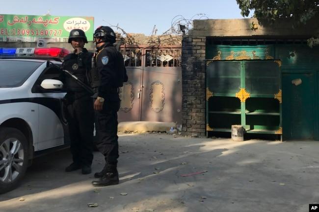 2017年11月2日,在新疆庫爾勒市,警察站在一個被認為是再教育中心的設施附近