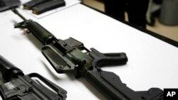 Une arme semi-automatique est présentée dans un laboratoire des sciences criminelles à Seattle dans l'État de Washington, le 11 janvier 2018.