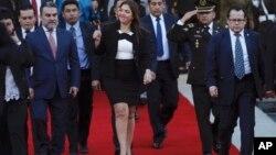 En esta foto de archivo del 6 de enero de 2018, la entonces vicepresidenta de Ecuador, María Alejandra Vicuña, hace un gesto de aprobación cuando abandona la Asamblea Nacional en Quito, Ecuador, luego de que fue elegida para reemplazar a Jorge Glas.