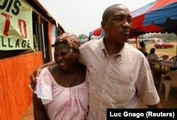 Laurent Pokou en compagnie d'une fan à Sekondi au Ghana le 27 janvier 2008.