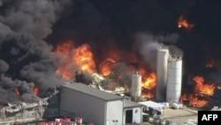Khói bốc lên từ khu nhà máy hóa chất bị cháy