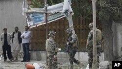 8일 아프간 수도 나토 (북대서양 조약기구) 본부 근처에서 발생한 자살 폭탄 테러 현장을 살피는 나토군
