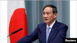 日本官防長官菅義偉8日在記者會上講話。