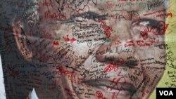 Izrazi zahvalnosti i tuge ispisani na ogromnom posteru ispred Mandeline kuće u Sovetu