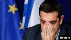 Perdana Menteri Yunani Alexis Tsipras dalam konferensi pers setelah KTT pemimpin Uni Eropa di Brussels (12/2).