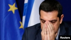 ນາຍົກລັດຖະມົນຕີກຣິສ ທ່ານ Alexis Tsipras ກ່າວໃນ ກອງປະຊຸມຖະແຫລງຂ່າວ ຫຼັງຈາກເຂົ້າຮ່ວມກອງປະຊຸມສຸດຍອດ ບັນດາຜູ້ນຳ ສະຫະພາບຢູໂຣບ ໃນນະຄອນ Brussels, ວັນທີ 12 ກຸມພາ 2015.