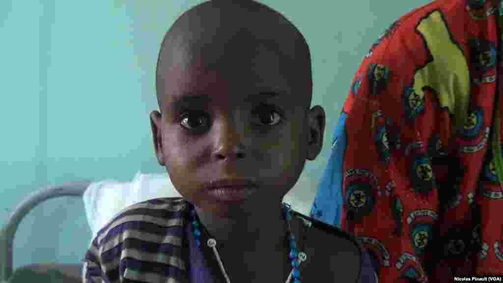 Cet enfant de 5 ans pèse désormais 11 kilos et va sortir de l'hôpital. La moyenne au Niger, à son âge, est de 12 à 15 kilos, Diffa, Niger, le 18 avril 2017 (VOA/Nicolas Pinault)