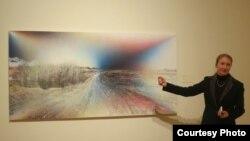 Куратор Юлия Туловская знакомит участников презентации с выставкой Photo by Oleg Sulkin