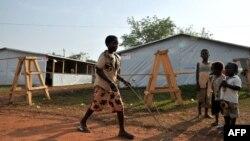 Un garçon joue à l'extérieur des tentes, utilisées comme salles de classe, sur le site de déplacés, au Grand Séminaire Saint-Marc à Bimbo, au sud-ouest de Bangui, 6 février 2014.