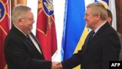 Праворуч: міністр оборони України Михайло Єжель під час зустрічі з послом США в Україні Джоном Теффтом