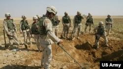 美国陆军在伊拉克清除地雷(美国陆军2003年10月9日照片)