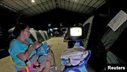 Un bebé es alimentado en Manta Collage, Ecuador, donde 100 bebés nacen como promedio cada día.