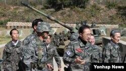 18일 한국 서해 연평도 부대의 K-9 자주포를 둘러보는 이명박 대통령(가운데).
